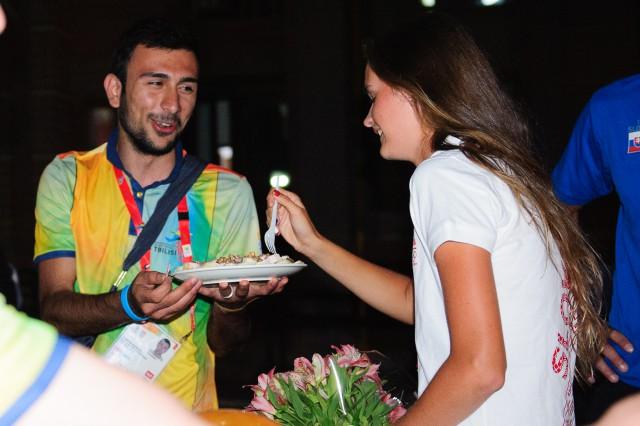 Adriana Šenkárová ochutnáva narodeninovú tortu, Európsky olympijsky festival mládeže, Pondelok, 27. Júla 2015, Tbilisi, Gruzínsko