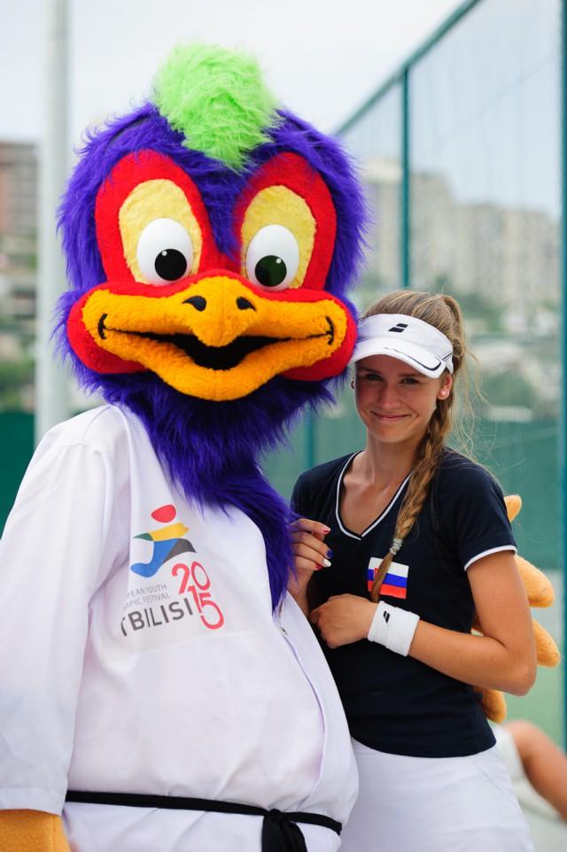 Adriana Šenkárová s maskotom P.E.A.K.Y.,Európsky olympijsky festival mládeže, Pondelok, 27. Júla 2015, Tbilisi, Gruzínsko