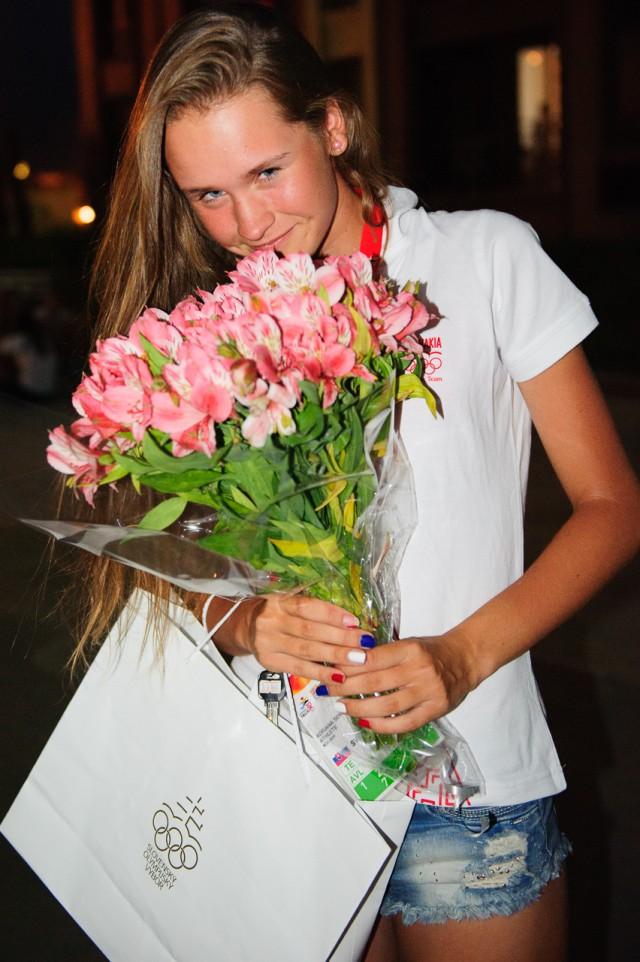 Adriana Šenkárová s narodeninovou kyticou, Európsky olympijsky festival mládeže, Pondelok, 27. Júla 2015, Tbilisi, Gruzínsko
