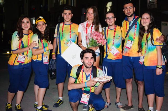 Adriana Šenkárová s olympijskymi dobrovoľníkmi, Európsky olympijsky festival mládeže, Pondelok, 27. Júla 2015, Tbilisi, Gruzínsko