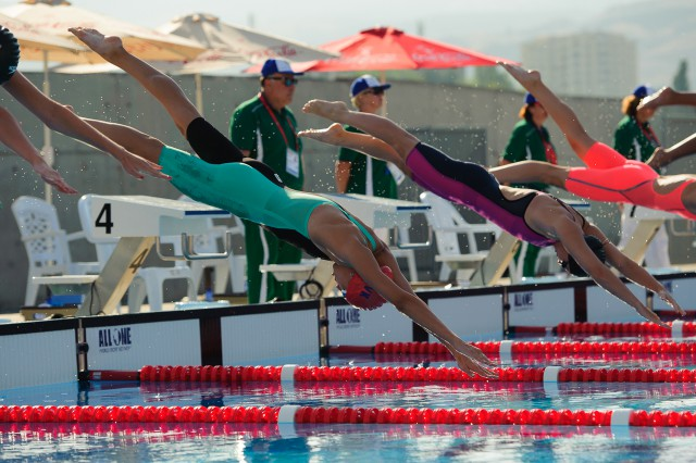 Barbora Tomanová na štarte semifinále v plávaní, Európsky olympijsky festival mládeže, Štvrtok, 30. Júla 2015, Tbilisi, Gruzínsko