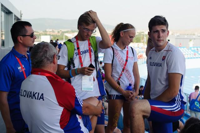 Čakanie atlétov na vyhlásenie výsledkov chlapčenskej štafety, Európsky olympijsky festival mládeže, Sobota, 1. Augusta 2015, Tbilisi, Gruzínsko
