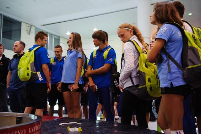 Čakanie na batožinu tesne po prílete Slovenskej výpravy Európskeho olympíjskeho festivalu mládeže do gruzínskeho Tbilisi v skorých ranných hodinách, Nedeľa, 26. Júla 2015, Tbilisi, Gruzínsko
