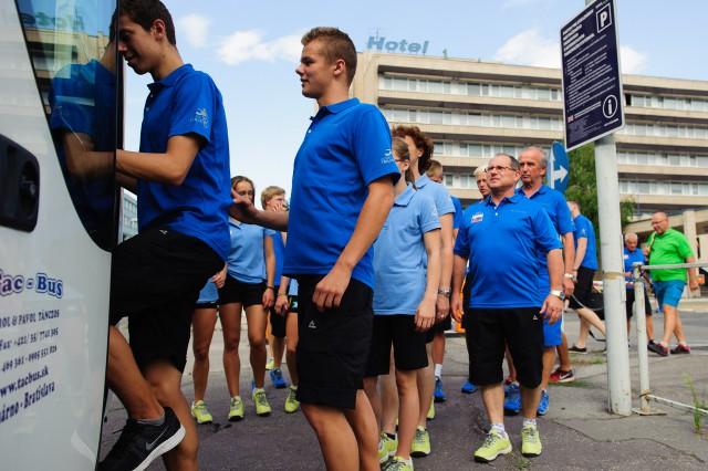Časť slovenskej výpravy Európskeho olympíjskeho festivalu mládeže na ceste z hotela Junior na letisko Schwechat, Bratislava, Sobota 25. Júla 2015