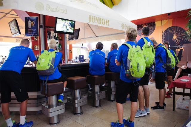 Časť slovenskej výpravy Európskeho olympíjskeho festivalu mládeže si nenechala újsť cieľ Tour de France počas úvodného brífingu v Hoteli Junior, Bratislava, Sobota 25. Júla 2015