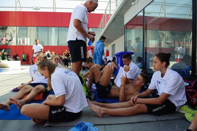 Družstvo plavcov pred začiatkom rozplavieb, Európsky olympijsky festival mládeže, Pondelok, 27. Júla 2015, Tbilisi, Gruzínsko