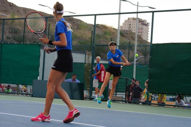 Kiara Jane Petrovická a Adriana Šenkárová počas tenisového zápasu štvorhry Európsky olympijsky festival mládeže, Utorok, 28. Júla 2015, Tbilisi, Gruzínsko