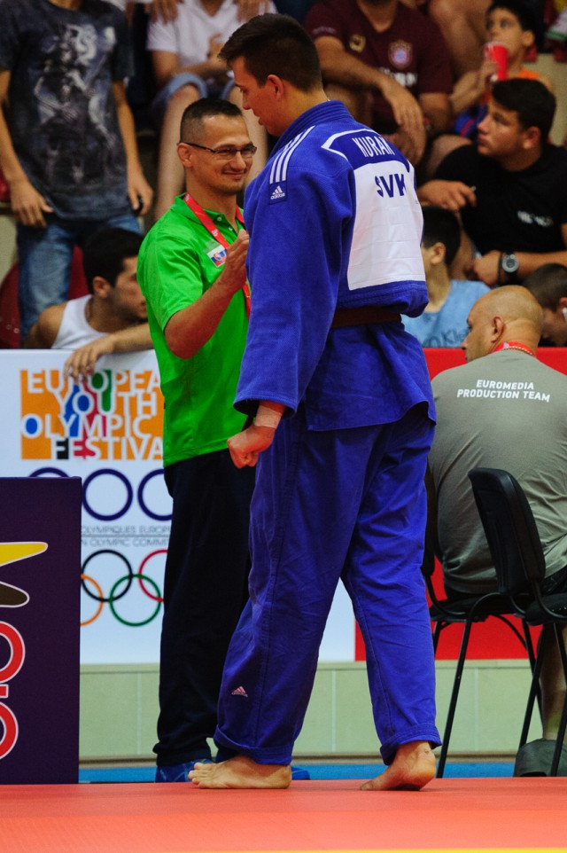 Lukáš Kurák počas zápasu v džude s trénerom Jozefom Krnáčom, Európsky olympijsky festival mládeže, Sobota, 1. Augusta 2015, Tbilisi, Gruzínsko