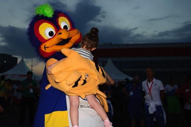 Maskot PEAKY počas záverečného ceremoniálu, Európsky olympijsky festival mládeže, Sobota, 1. Augusta 2015, Tbilisi, Gruzínsko
