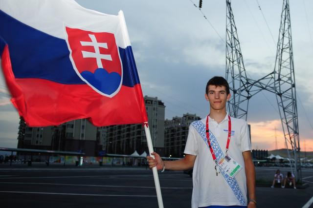 Matúš Štoček ako vlajkonosič počas záverečného ceremoniálu, Európsky olympijsky festival mládeže, Sobota, 1. Augusta 2015, Tbilisi, Gruzínsko