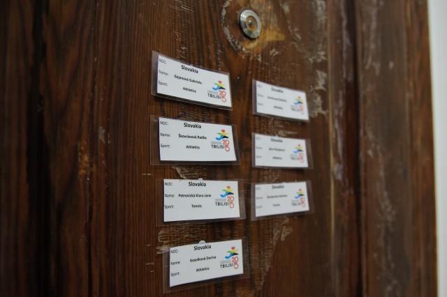 Menovky na dverách v olympíjkej dedine na okraji gruzínskeho mesta Tbilisi počas Európskeho olympijskeho festivalu mládeže, Pondelok, 27. Júla 2015, Tbilisi, Gruzínsko