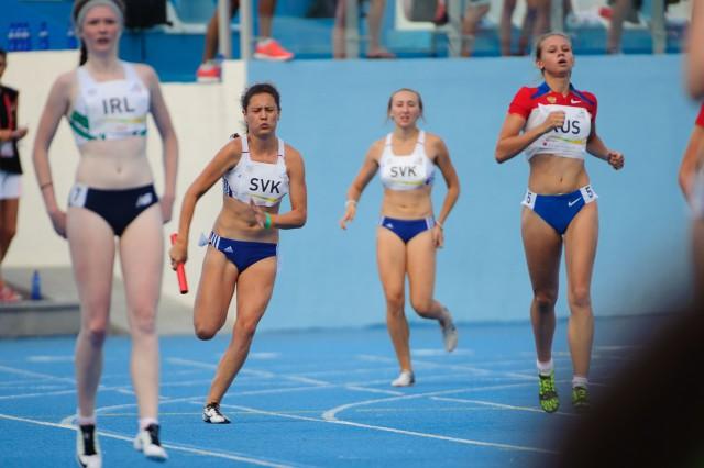 Patrícia Garčarová po odovzdávke štafetového kolíka od Gabriely Gajanovej, štafeta 4x100m, Európsky olympijsky festival mládeže, Piatok, 31. Júla 2015, Tbilisi, Gruzínsko