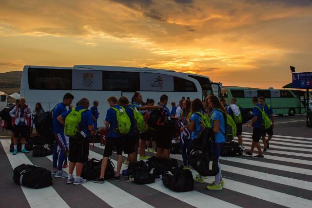 Príchod Slovenskej výpravy Európskeho olympíjskeho festivalu mládeže do olympíjkej dediny na okraji gruzínskeho mesta Tbilisi v skorých ranných hodinách, Nedeľa, 26. Júla 2015, Tbilisi, Gruzínsko