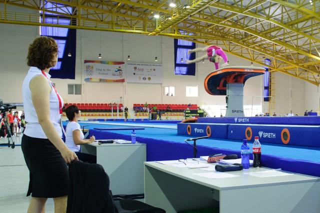 Viktória Vydúreková na preskoku a rozhodkyňa Monika Šišková, Európsky olympijsky festival mládeže, Streda, 29. Júla 2015, Tbilisi, Gruzínsko